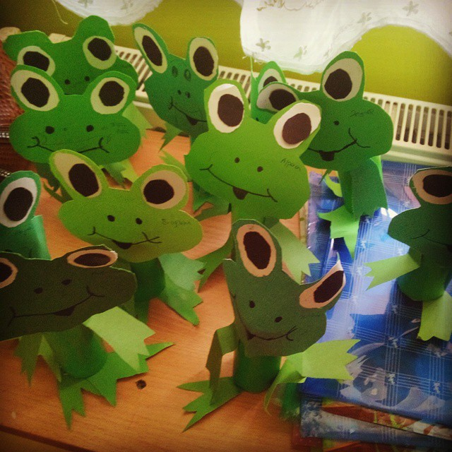 Frog craft idea for kids : paper plate frog template - pezcame.com